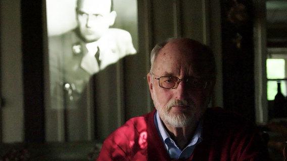 Niklas Frank mit seinem Vater Hans Frank im Hintergrund