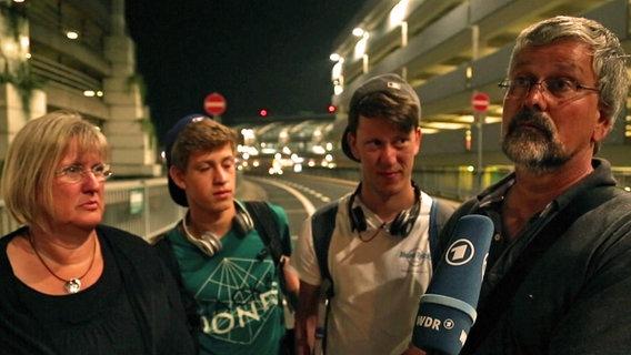 Familie Schär ist am Flughafen gestrandet.