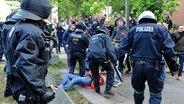"""Polizeigewalt Hamburg """"Naziaufmarsch blockieren""""-Demo am 02.06.2012 © dpa / picture-alliance Foto: Christian Charisius"""
