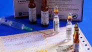 Ein Rezept und verschiedene Medikamente
