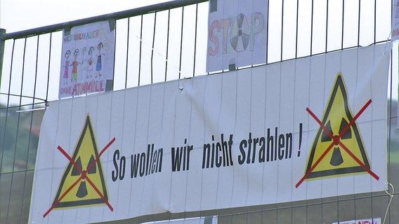 Bürger protestieren gegen AKW Bauschutt.