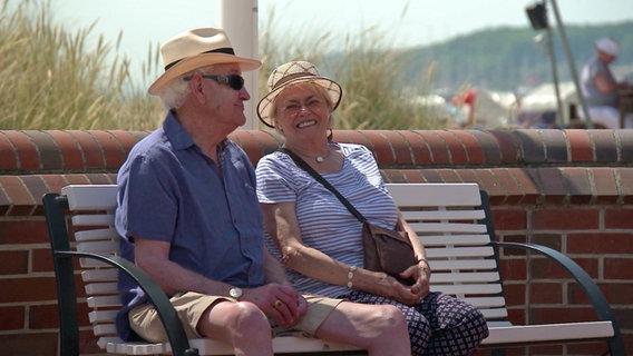 Zwei Senioren sitzen auf einer Bank © NDR Foto: Screenshot