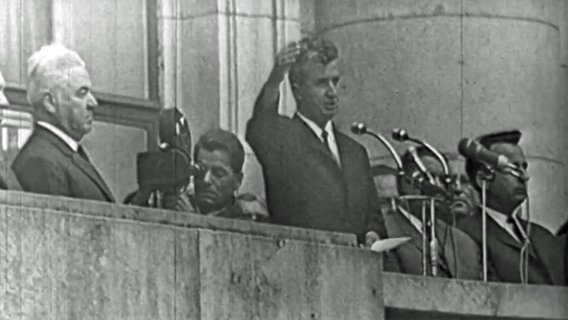 Nicolae Ceaușescu hält eine Rede vor dem Gebäude des Zentralkomitees der Kommunistischen Partei in Bukarest © ARD