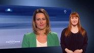 Eine Frau dolmetscht Anja Reschke in Gebärdensprache.