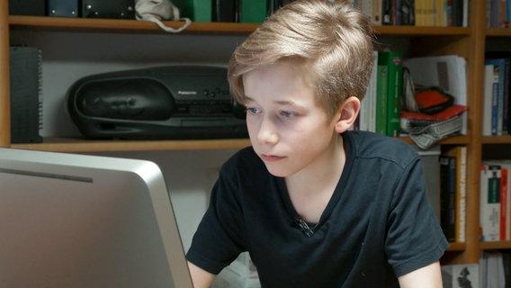 Der 13-jährige Hamburger Schüler vor einem Laptop. © NDR/ARD