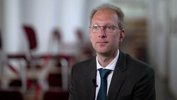 Prof. Fredrik Roggan, Jurist und Polizeiausbilder an der Hochschule der Polizei des Landes Brandenburg. © NDR / ARD