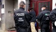 Musa F. fasst sich an den Kopf und drückt sich bei einer Polizeikontrolle an einen Türrahmen. Er soll von der Polizei verletzt worden sein. © NDR / ARD