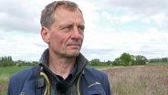 Eckhard Gottschalk, erforscht den Einfluss von Blühflächen auf Ackervögel an der Universität Göttingen © NDR