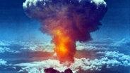 Sogenannter Atompiliz einer Atombombe nach dem Abwurf über der japanischen Stadt Nagasaki 1945. © dpa/picture-alliance