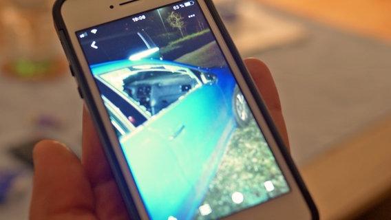 Foto eines aufgebrochenen Autos auf dem Handy © NDR Foto: Screenshot