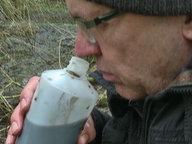 Ein Mann riecht an einer Wasserprobe