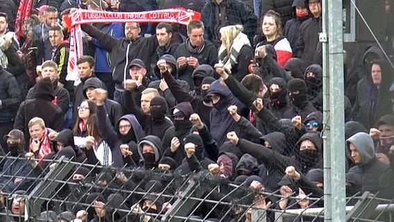 Vermummte Fußballfans von Energie Cottbus in einem Stadion in Potsdam. © Jüdisches Forum für Demokratie und gegen Antisemitismus e. V.