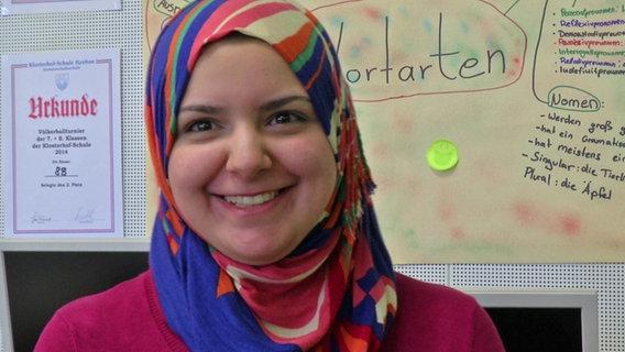 Dima, 23 Jahre, floh vor gut einem Jahr mit ihrem Vater aus Syrien. Jetzt arbeitet sie als Übersetzerin für Flüchtlingskinder