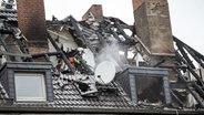 Ausgebrannter Dachstuhl eines Wohnhauses in Duisburg. Bei dem Brand starben vier Menschen. © dpa / picture-alliance Foto: Maja Hitij