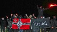 """Die """"Gruppe Freital"""" posiert vor einer Hakenkreuzfahne © NDR Fotograf: Screenshot"""