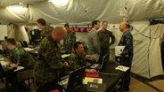 Soldaten mit technischer Ausrüstung in einem Zelt (Truppenübungsplatz in Grafenwöhr) © Das Erste.de