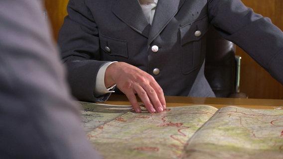 Hand auf Landkarte © NDR Foto: Screenshot