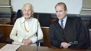 Die Rechtsextremistin Ursula Haverbeck mit ihrem Anwalt Wolfram Nahrath © NDR Fotograf: Julian Feldmann