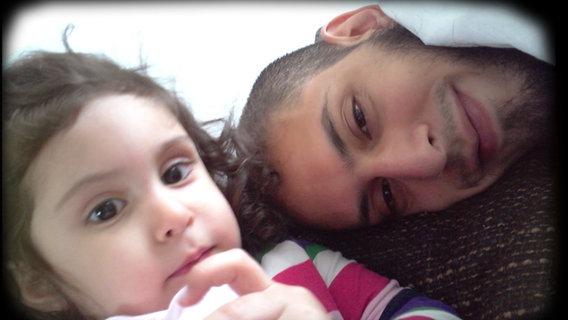 Danisch Farooqi und seine Tochter Aaliya © NDR Foto: Screenshot