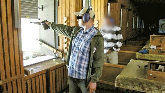 Markus H. bei einer Schießübung © ARD/NDR Foto: Screenshot
