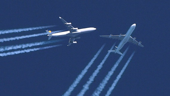 Hochbetrieb am Himmel - zwei Flugzeuge fliegen scheinbar sehr nahe aneinander vorbei. © picture-alliance/ dpa Foto: PA Lewis Whyld