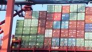 Container werden auf ein Schiff geladen