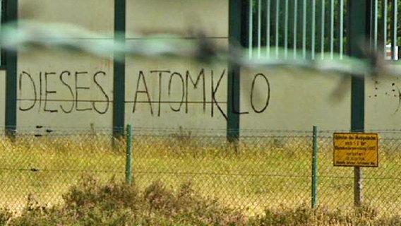 """""""Dieses Atomklo"""" - Gaffiti an der Außenwand des geplanten Atommüll-Endlagers in Gorleben (Screenshot aus """"Panorama - Die Reporter""""). © NDR"""