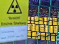 Atomfässer stehen in einer Halle in Gorleben