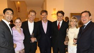 AWD-Gründer Carsten Maschmeyer (Mitte) bei seinem 50. Geburtstag inmitten prominenter Politiker. © dpa