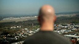 Der ehemalige US-Drohnen-Piloten Brandon Bryant blickt auf die US Air Base im pfälzischen Ramstein.