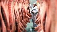 Schweinehälften hängen in einem Kühlraum (c) dpa © dpa/dpaweb