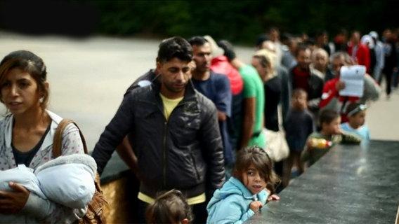 Flüchtlinge in Ellwangen, Baden-Württemberg, stehen in einer Schlange an
