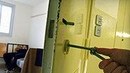 Ein Häftling wird in seiner Zelle eingeschlossen © dpa - Bildfunk