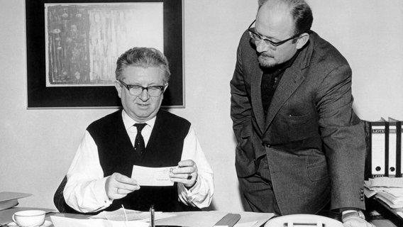 Sie gelten als die Väter von Panorama: Rüdiger Proske und Gerd von Paczensky bei einer Redaktionsbesprechung 1961. © NDR Foto: Panorama