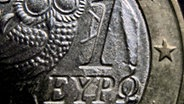 Eine griechische Euro-Münze im Anschnitt. © dpa-Bildfunk Fotograf: Karl-Josef Hildenbrand