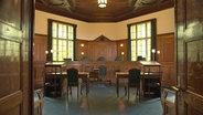 Leerer Gerichtssaal. © NDR/ARD