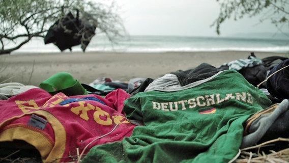 Kleidung syrischer Flüchtlinge auf Lesbos © NDR/ARD