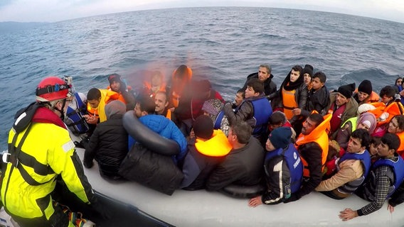 Freiwillige Seenotretter vor der griechischen Insel Lesbos. © NDR/ARD