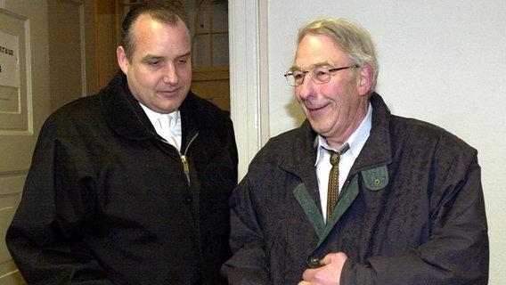 Neonazi Manfred Roeder (r.)  mit seinem Rechtsanwalt Ralph Schürmann © dpa - Fotoreport Foto: Bernd Wüstneck