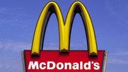 Das Logo der amerikanischen Fastfood-Kette McDonald's © dpa - Bildarchiv Foto: Peter Förster