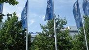 Allianz-Fahnen im Wind.