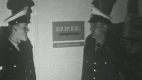 Polizisten vor der Spiegelredaktion