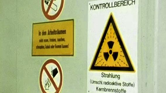Schild mit der Aufschrift: Kontrollbereich-Strahlung