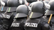 Polizisten mit Schlagstock, Helm und Schutzausrüstung © picture-alliance/ ZB Notiz zur Verwendung (c) Foto: Jan Woitas