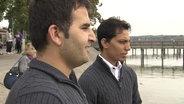 Zwei ehemalige Dolmetscher der Bundeswehr aus Afgahnistan stehen an einem See in Bayern © NDR