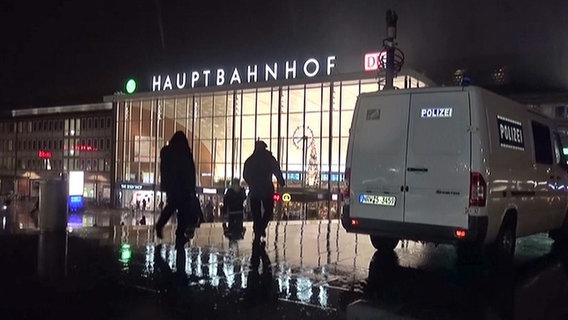 Ein Polizeiwagen steht vor dem Hauptbahnhof in Köln