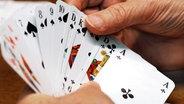 Spielkarten in den Händen einer Rentnerin © dpa - Report Foto: Jens Büttner