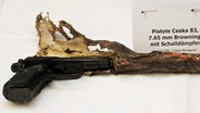 """Die Tatwaffe der NSU-Mörder, eine Pistole, Modell Ceska 83, Kaliber 7,65 Millimeter """"Browning"""", mit Schalldämpfer. © dpa / picture-alliance Fotograf: Franziska Kraufmann"""