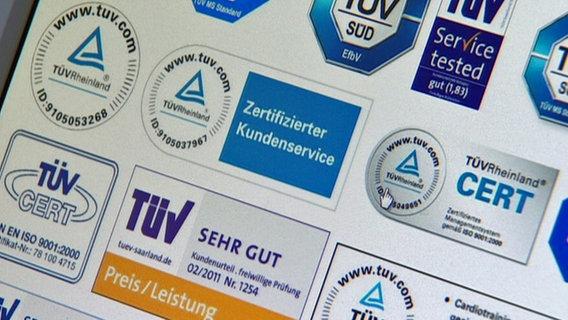Verschiedene TÜV-Siegel auf einer Übersicht.