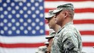 US-Soldaten stehen vor der amerikanischen Nationalflagge © dpa Foto: Frank May